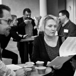 Konferensdeltagare går igenom namnlistor