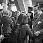 Konferensbesökare i glatt samspråk