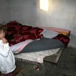 Famljen får sova på hårda järnsängar utan madrasser